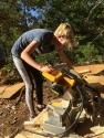 Jeune fille à l'aide d'une scie à onglet,